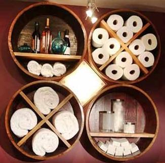 Деревянные полки хорошо вписываются в интерьер больших ванных комнат