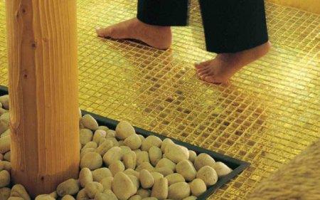 отделка с золотой плиткой