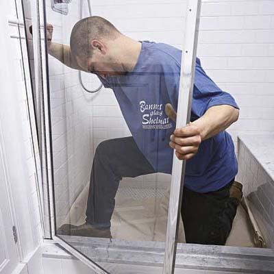 установка стеклянной шторки для ванной
